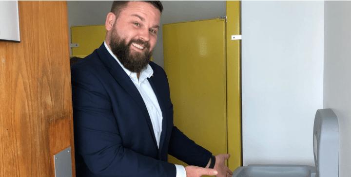 Des tables à langer dans les toilettes pour hommes dans nos bâtiments publics!